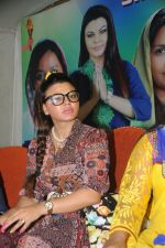 Rakhi Sawant Distributing Sewing Machines  (6)_53f092eea73cd.JPG