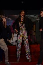 Sonam Kapoor at Mithibai college fest in Mumbai on 16th Aug 2014 (167)_53f09cff22738.JPG