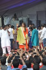 Bipasha Basu at Ram Kadam Dahi Handi in Mumbai on 18th Aug 2014 (95)_53f310683ae4b.JPG