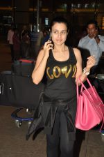 Ameesha Patel snapped at airport as she returns from Bangkok from a ad shoot in mumbai on 20th Aug 2014 (10)_53f58962d1a89.JPG