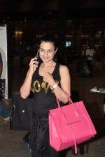 Ameesha Patel snapped at airport as she returns from Bangkok from a ad shoot in mumbai on 20th Aug 2014 (18)_53f5896dbd051.JPG