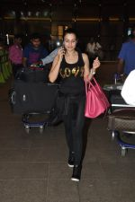 Ameesha Patel snapped at airport as she returns from Bangkok from a ad shoot in mumbai on 20th Aug 2014 (8)_53f58960203e1.JPG