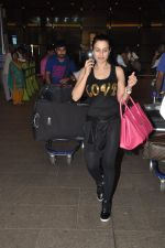Ameesha Patel snapped at airport as she returns from Bangkok from a ad shoot in mumbai on 20th Aug 2014 (9)_53f589617afe9.JPG