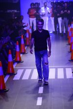 Arjun Khanna at LFW 2014 Day 5 on 23rd Aug 2014 (286)_53fb20083ea92.JPG