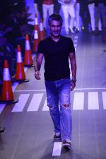 Arjun Khanna at LFW 2014 Day 5 on 23rd Aug 2014 (287)_53fb200956b15.JPG