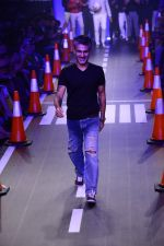 Arjun Khanna at LFW 2014 Day 5 on 23rd Aug 2014 (288)_53fb200a6c87c.JPG