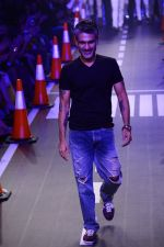 Arjun Khanna at LFW 2014 Day 5 on 23rd Aug 2014 (289)_53fb200b74ae9.JPG