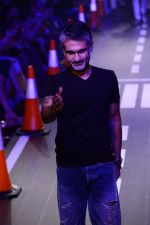 Arjun Khanna at LFW 2014 Day 5 on 23rd Aug 2014 (291)_53fb200e1ec55.JPG