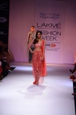 Vaani Kapoor walk the ramp for Payal Singhal at LFW 2014 Day 5 on 23rd Aug 2014 (354)_53faf903cc7ee.JPG