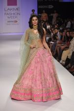 Nargis Fakhri walk the ramp for Anushree Reddy at LFW 2014 Day 5 on 23rd Aug 2014 (18)_53fc8f8e9c6c2.JPG