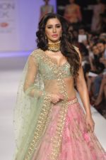 Nargis Fakhri walk the ramp for Anushree Reddy at LFW 2014 Day 5 on 23rd Aug 2014 (24)_53fc8f96727e8.JPG