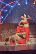 Mouni Roy at the grand finale of Jhalak Dikhhla Jaa in Filmistan, Mumbai on 18th Sept 2014 (349)_541c1a567f5af.JPG