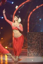 Mouni Roy at the grand finale of Jhalak Dikhhla Jaa in Filmistan, Mumbai on 18th Sept 2014 (350)_541c1a57d8202.JPG