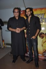 Vinod Khanna, Akhil Kapur at Desi Kattey premiere in Fun on 25th Sept 2014 (44)_54259cef0b3ff.JPG