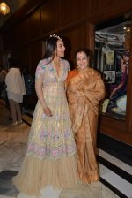 Sonakshi Sinha, Poonam Sinha at Sahachari Foundations show for Tarun Tahiliani in Mumbai on 28th Sept 2014 (187)_542995750fc77.JPG