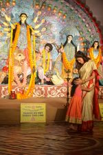 Sushmita Sen at Durga Pooja on 30th Sept 2014 (185)_542be08885967.JPG