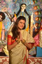 Sushmita Sen at Durga Pooja on 30th Sept 2014 (190)_542be08d87986.JPG