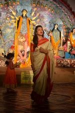 Sushmita Sen at Durga Pooja on 30th Sept 2014 (51)_542be006c3713.JPG