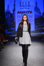 Diana Penty walk the ramp for Elle Show on day 3 of Myatra fashion week on 5th Oct 2014 (34)_54313bc688870.JPG