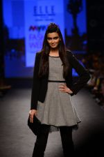 Diana Penty walk the ramp for Elle Show on day 3 of Myatra fashion week on 5th Oct 2014 (39)_54313be18c44e.JPG