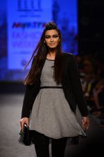 Diana Penty walk the ramp for Elle Show on day 3 of Myatra fashion week on 5th Oct 2014 (43)_54313c4d49fa3.JPG