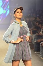 Model walk for Kalki show at Myntra fashion week day 2 on 4th Oct 2014 (22)_5430ecd50e2f0.JPG