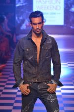 Model walks for Men_s Health show at Myntra fashion week day 2 on 4th Oct 2014 (149)_5430bcf29d642.JPG