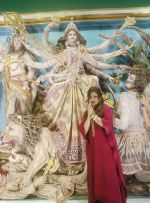 Raveena Tandon at Kolkata for Durga Puja (4)_5430b71c5979a.jpg