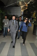 Saif Ali Khan, Kareena Kapoor snapped back from Delhi on 26th Oct 2014 (2)_544e1aea30298.JPG