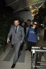 Saif Ali Khan, Kareena Kapoor snapped back from Delhi on 26th Oct 2014 (4)_544e1aeb27115.JPG