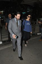 Saif Ali Khan, Kareena Kapoor snapped back from Delhi on 26th Oct 2014 (7)_544e1aec704f2.JPG