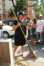 Mahima Chaudhry at cleanliness drive by Nahar Group in Powai on 2nd Nov 2014 (16)_54572a5508a86.JPG