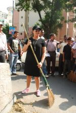 Mahima Chaudhry at cleanliness drive by Nahar Group in Powai on 2nd Nov 2014 (18)_54572a571b904.JPG