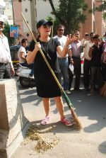 Mahima Chaudhry at cleanliness drive by Nahar Group in Powai on 2nd Nov 2014 (19)_54572a5850b91.JPG