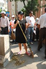 Mahima Chaudhry at cleanliness drive by Nahar Group in Powai on 2nd Nov 2014 (20)_54572a5955dbe.JPG