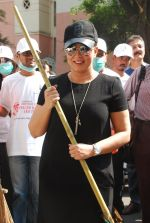 Mahima Chaudhry at cleanliness drive by Nahar Group in Powai on 2nd Nov 2014 (22)_54572a5bc300b.JPG