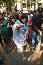 Mahima Chaudhry at cleanliness drive by Nahar Group in Powai on 2nd Nov 2014 (13)_54572a5189015.JPG