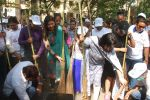 Mahima Chaudhry at cleanliness drive by Nahar Group in Powai on 2nd Nov 2014 (14)_54572a52c132b.JPG