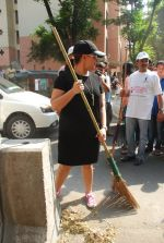 Mahima Chaudhry at cleanliness drive by Nahar Group in Powai on 2nd Nov 2014 (15)_54572a53e7236.JPG