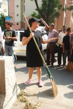 Mahima Chaudhry at cleanliness drive by Nahar Group in Powai on 2nd Nov 2014 (17)_54572a561dce8.JPG