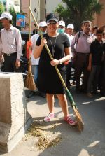 Mahima Chaudhry at cleanliness drive by Nahar Group in Powai on 2nd Nov 2014 (21)_54572a5ab921e.JPG