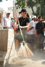 Mahima Chaudhry at cleanliness drive by Nahar Group in Powai on 2nd Nov 2014 (23)_54572a5cec3ba.JPG