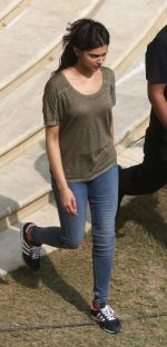 Deepika Padukone snapped in Kolkata on the sets of movie Piku on 8th Nov 2014  (30)_545ed3aa1e889.jpg