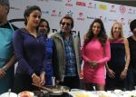 Bipasha Basu, Vinod Khanna and gul Panag at airtel delhi marathon pasta party in Mumbai on 22nd Nov 2014 (4)_54733bbe6a01a.jpg