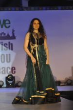 Gracy Singh on ramp for Wellingkar_s 2611 tribute in Matunga, Mumbai on 26th Nov 2014 (22)_5476c7472916f.JPG