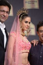 Wasim Akram walk the ramp for Suneet Verma for Blenders with jewels by Azva on 29th Nov 2014 (153)_547c49f7b0338.JPG