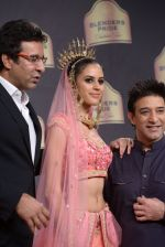 Wasim Akram walk the ramp for Suneet Verma for Blenders with jewels by Azva on 29th Nov 2014 (149)_547c49f54cad7.JPG