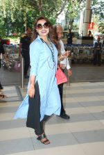 Rani Mukherjee snapped at airport  in Mumbai on 2nd dec 2014 (54)_547eb339741a9.JPG