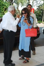 Rani Mukherjee snapped at airport  in Mumbai on 2nd dec 2014 (57)_547eb33e74e3b.JPG