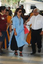 Rani Mukherjee snapped at airport  in Mumbai on 2nd dec 2014 (61)_547eb343930ce.JPG
